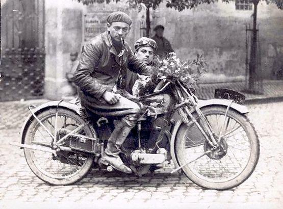 Vieilles photos (pour ceux qui aiment les anciennes photos de bikers ou autre......) Sidecar_30