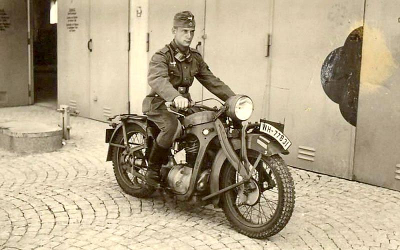 Vieilles photos (pour ceux qui aiment les anciennes photos de bikers ou autre......) Militaire