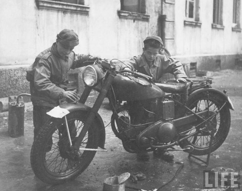 Vieilles photos (pour ceux qui aiment les anciennes photos de bikers ou autre......) Naples-1944