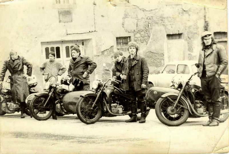 Vieilles photos (pour ceux qui aiment les anciennes photos de bikers ou autre......) Side3