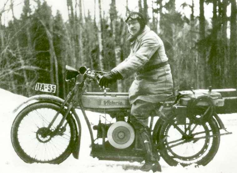 Vieilles photos (pour ceux qui aiment les anciennes photos de bikers ou autre......) Victoria1ermoteurbmw1