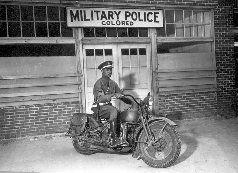 Vieilles photos (pour ceux qui aiment les anciennes photos de bikers ou autre......) Africanpolice