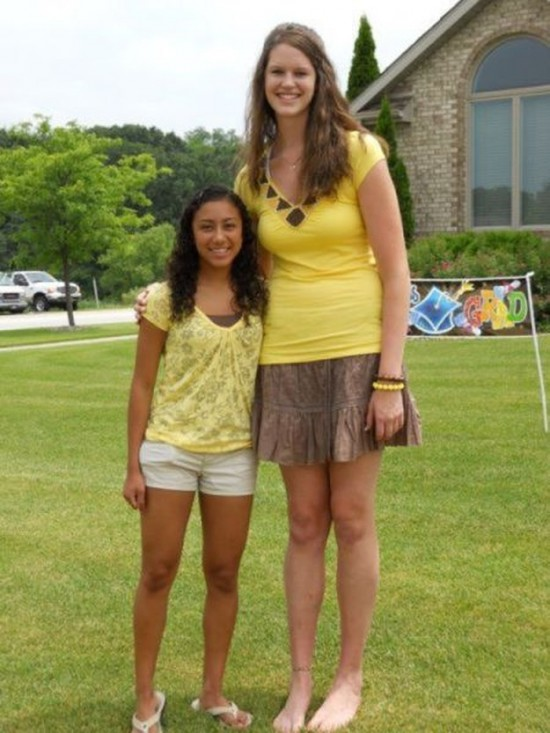 Mujeres muy altas y gigantas Terrifyingly-Tall-Women-007-550x733