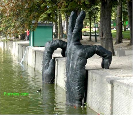 Светот е голем и шарен - Page 3 Funny-art-sculpture-hands2
