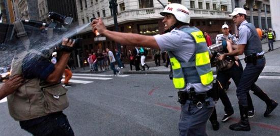 Policial que disparou spray de pimenta em jornalista vira meme Policial-00