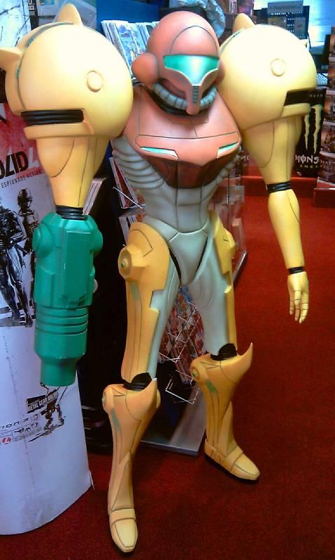 C'est ti pas beau ça? Nintendo-Metroid-Prime-Samus-Aran-Lifesize-statue