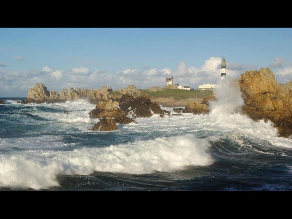 PETIT JEU DU JOUR Mer-puissante-avec-en-arriere-plan-le-phare-du-creac-h_940x705