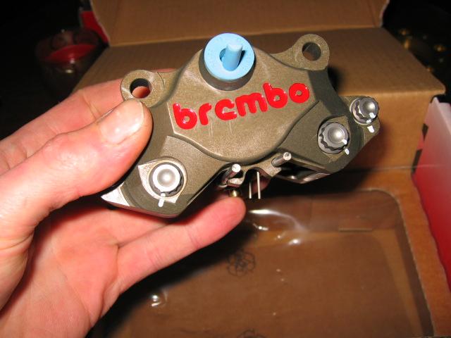 [A Vendre] Etriers Brembo Racing taillés masse monoblocs pistons titane IMG_1605