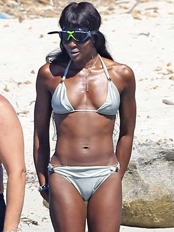 Umpolen – den Minuspol mit dem Pluspol vertauschen - Seite 15 Naomi-Campbell-Bikini-in-Ibiza--05-560x746