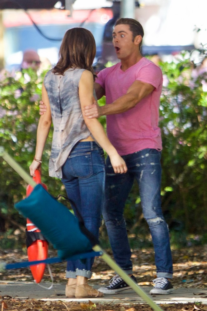 ¿Cuánto mide Zac Efron? - Estatura - Real height Alexandra-Daddario-in-Jeans-On-Baywatch-set--37-662x993