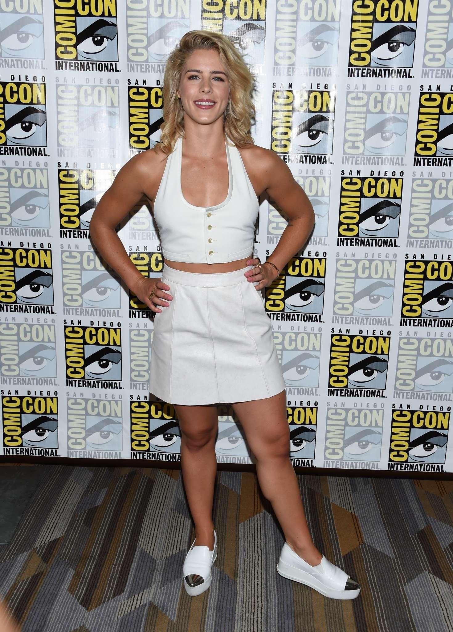 ¿Cuánto mide Emily Bett Rickards? - Real height Emily-Bett-Rickards%C2%A0--Arrow-Presentation-at-2017-Comic-Con--04