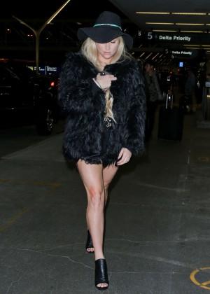 Kesha >> Galería [Candids, apariciones, paparazzi, etc.] - Página 14 Kesha-in-Mini-Dress-at-LAX--21-300x420