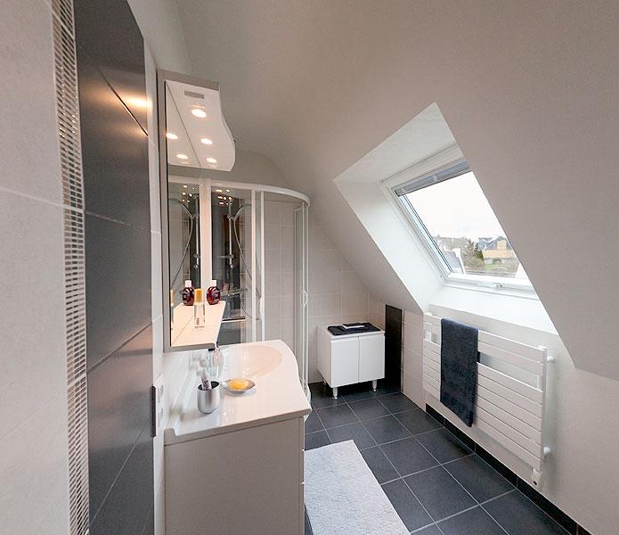 créer une salle d'eau dans tout petit espace mansardé, est ce possible ?? Salle-eau-mansarde-sous-toit2