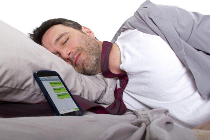 Ultimos Avances en Ciencia y Salud - Página 10 Esto-ocurre-con-tu-salud-cuando-duermes-junto-a-tu-m%C3%B3vil-696x464