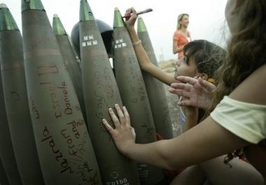 طفلة اسرائيلية تكتب رسالة على الصاروخ لأطفال فلسطين ولبنان ChildAbuseAndHate