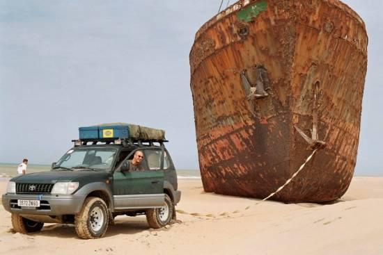 ça roule, ça navigue, ça vole - Page 19 Voiture-bateau-insolite-petit-laayoune-
