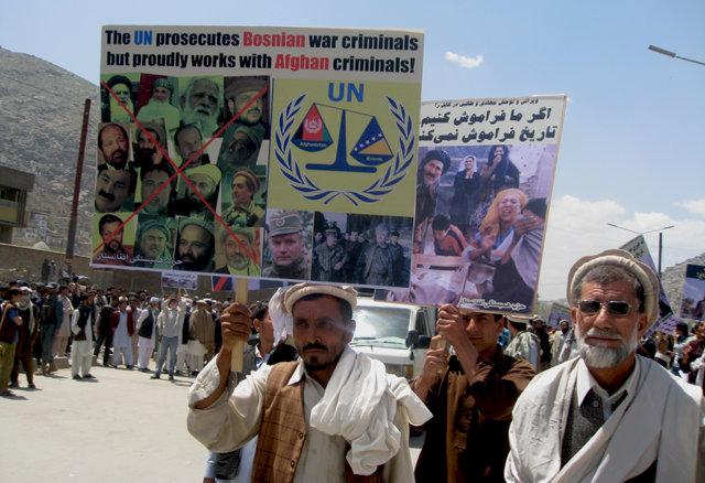 11 ans de guerre en photo Hambastagi_protest_kabul_apr30_2012