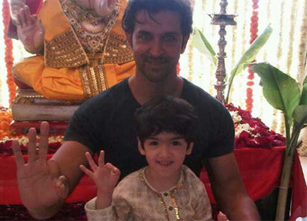 HRITHIK ROSHAN'S HANDS - About the double thumb of his right hand, now at Madame Tussauds! Hrithik-roshan-double-thumb-ok