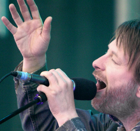 FAMOUS SIMIAN LINES - Which famous persons have a 'simian line'? Thom-yorke-right-hand-simian-line