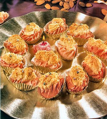حلويات على أطباق من ذهب 8179