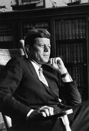 John Fitzgerald Kennedy (1917 - 1963) Un président de rêve Kennedy_assis