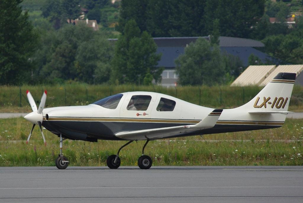 14 juillet 2010 : Deux avions sortant de l'ordinaire à Chambéry Lx_ioi