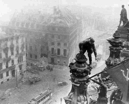Ejército Rojo Lanza y Bota las Banderas Nazifascistas en 1945 5-4-3