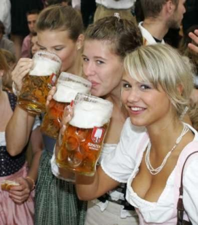 Les origines du mauvais goût en musique Oktoberfest-girls