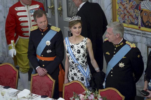 Margarita y Enrique de Dinamarca - Página 27 Letizia-mesa--z