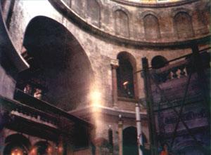 معجزة النور المقدس التي تحدث سنويا في اورشليم Three_miracle2_2