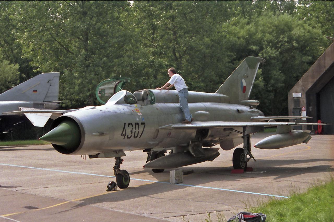 خطة شاملة لتطوير القوات الجوية المصرية - صفحة 2 Mig-21-1