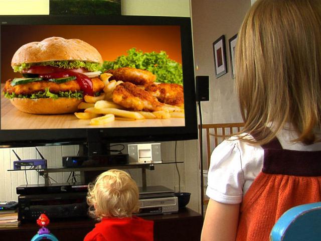 إحذروا هذه العادات تهدد صحة أطفالكم!  Kids-fast-food-tv-advertisment