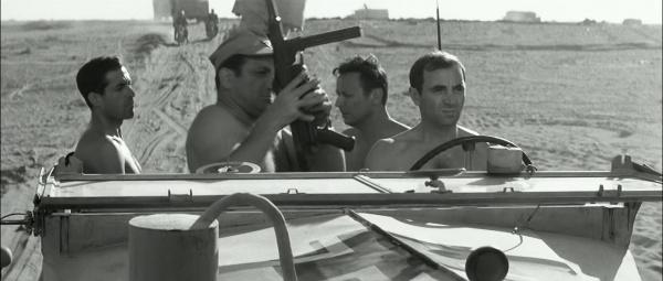 Hommage à Charles Aznavour 600px-Un_taxi_pour_Tobrouk-MP40-2