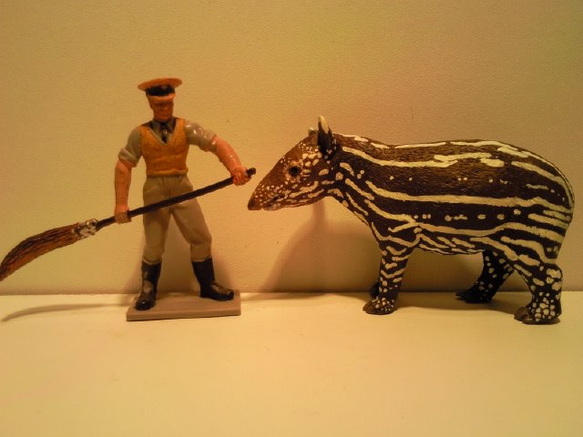 2 New Figurines from Ana for June 2011! Anas_Maleis_Tapirkalf_1