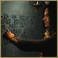 Azzani beim Betrachten von Runen in einer Wand