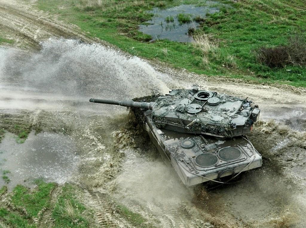 دليل على تواجد الابرامز بالمغرب Leopard2A4_Austria_00