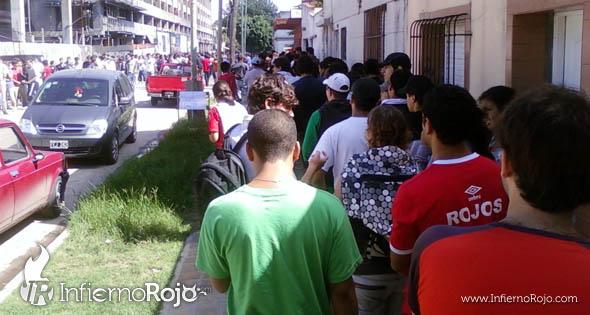 Independiente : Largas Colas Para Sacar Entrada 1