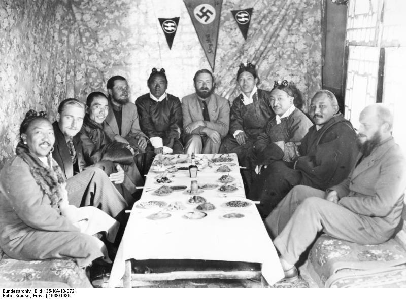 L'Agartha et les mondes situés à l'intérieur de la Terre creuse Bundesarchiv_Bild_135-KA-10-072_Tibetexpedition_Empfang_f%C3%BCr_W%C3%BCrdentr%C3%A4ger