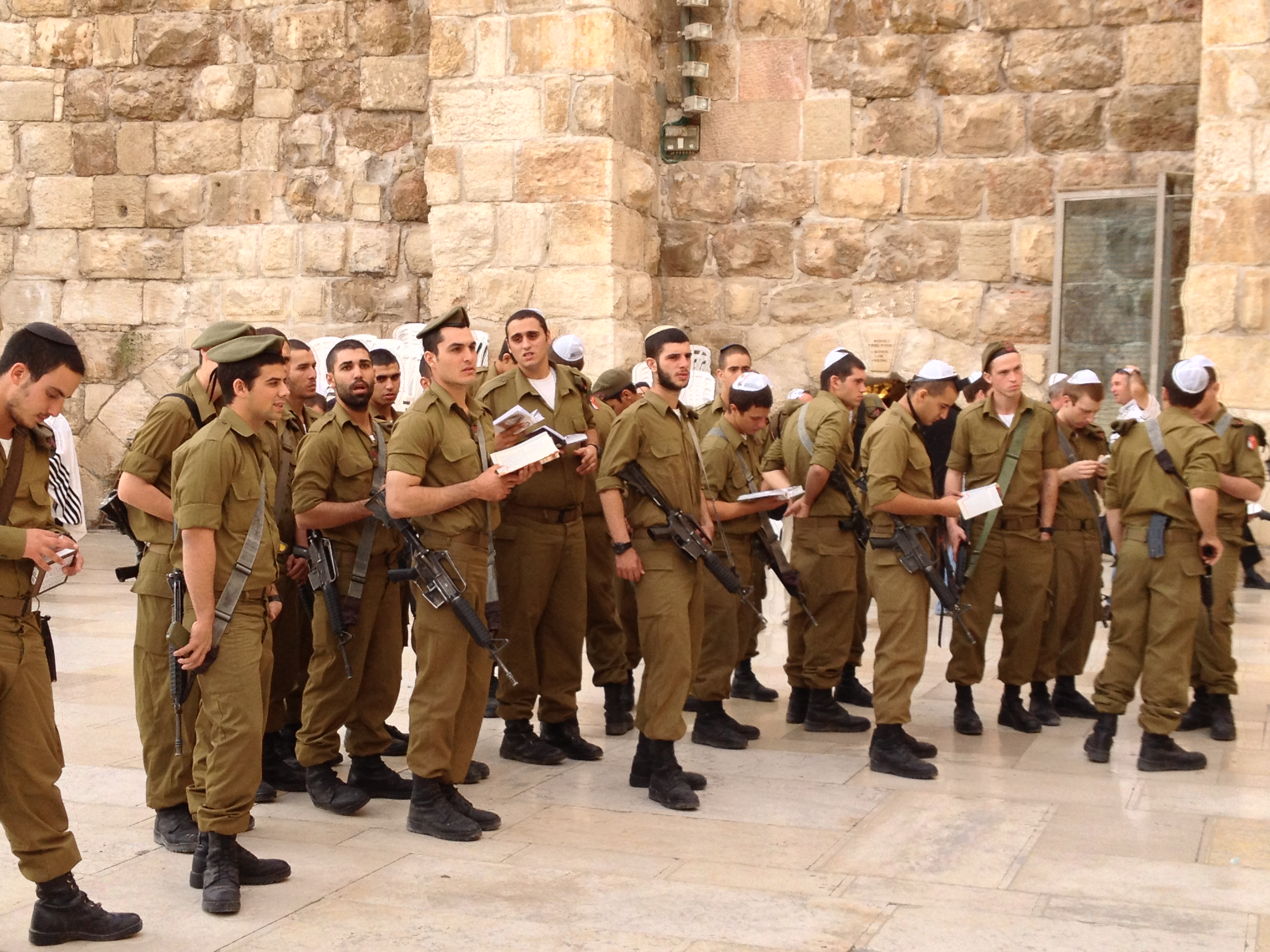 كتيبه كراكال الاسرائيليه .....Caracal Battalion  Idf-soldiers-at-kotel