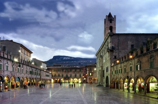 Gita nelle Marche Ascoli.Piceno.piazza