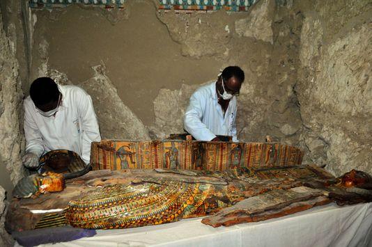 Une tombe vieille de 3 000 ans recelant huit momies découverte en Egypte ! Par Mathieu                     5113091_6_08f5_la-tombe-pres-de-la-ville-de-louxor_70b1afd55cf86bc73fafb93615352df2