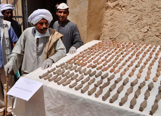 Une tombe vieille de 3 000 ans recelant huit momies découverte en Egypte ! Par Mathieu                     5113149_6_51d0_plus-d-un-millier-d-ouchebtis-des_db148b06954276b27f3e17165aade297