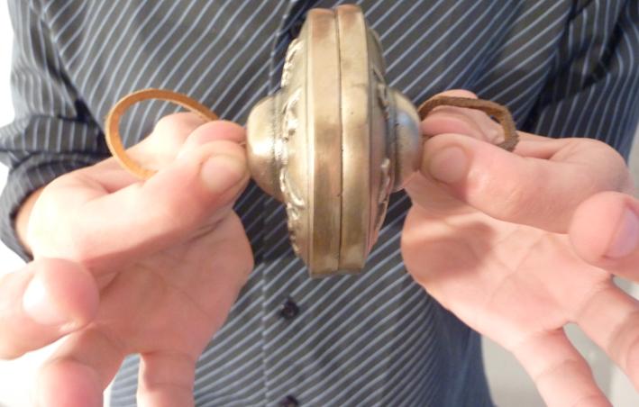 instrument de musique de Martin du 9 Mai trouvé par Blucat Cymbale%20om%20mani%20gros%20plan01