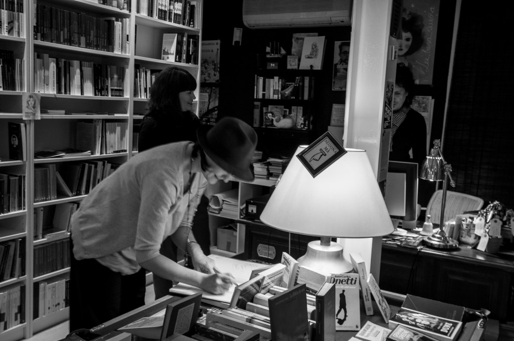 Librerias con encanto VII: Pequod Llibres (Barcelona) Firma-Bitacora-e1359435310973