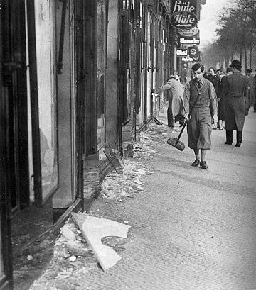 Cumpleaños de la vergüenza: Kristallnacht Limpiando-las-calles-tras-la-noche-de-los-cristales-rotos-DP