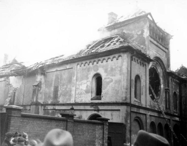Cumpleaños de la vergüenza: Kristallnacht Sinagoga-berlinesa-en-llamas-DP