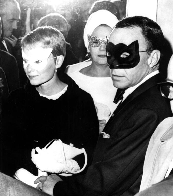 Cuando Capote se disfrazo de Gastby Frank-Sinatra-y-Mia-Farrow.-Foto-Everett-Collection-Ev-Everett-Cordon-Press