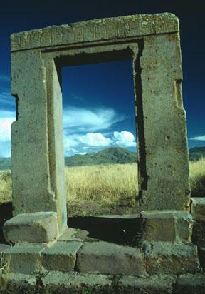 "Ovnis et ""extraterrestres"" dans l'art antique (peintures, gravures et statuettes) - Page 3 Tiwanaku_doorway"
