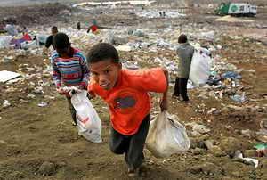 Somalia. Imperialismo  y  fuerzas capitalistas actuantes. Raíces de la situación. Pobreza%20en%20Soweto-%20Sudafrica_%20Kim%20Ludbrook-EFE1