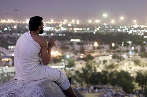 فوائد حفظ القرآن Man_prays_arafat